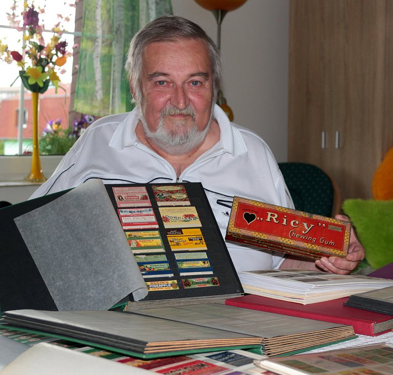 Obaly od žvýkaček sbírá Daniel Jahn ze Stříbra už přes půl století.
