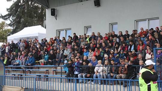 Tribuna na tachovském městském stadionu.