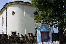 Opravený kostel sv. Mikuláše je pohlednou dominantou návsi v Tisové.