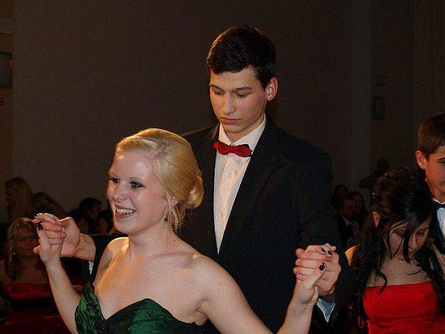 Mladí tanečníci zakončili taneční závěrečným plesem.