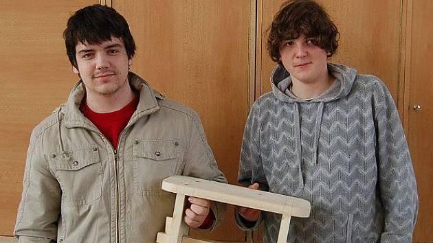 Tachovští zástupci truhlářské soutěže učňů O hoblík Káji Hoblíka Václav Šmejkal a Josef Brožák (zleva) ukazují svůj výrobek.
