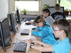 Na základních školách začaly celostátní srovnávací testy. V Zárečné v Tachově byli první na řadě páťáci a matematika.