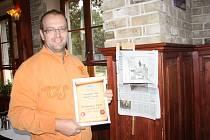 PETR KLÍMA s certifikátem potvrzujícím, že restaurace zvítězila v anketě čtenářů Tachovského deníku.