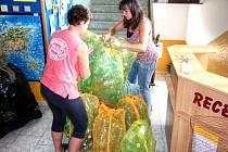 MRAVENIŠTĚ PŘIPRAVUJE PLAVIDLO. Plastové lahve v pytlích slepovaly na chodbě Domu dětí a mládeže v Tachově Hana Vajdová a Alena Dvořáková. Lahve budou součástí netradičního plavidla spolu s dušemi a dalšími prvky.