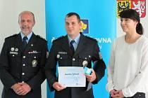 POLICISTA TACHOVSKÉHO obvodního oddělení Kamil Tylka (uprostřed) byl oceněn titulem Gentleman silnic. V březnu poskytl pomoc po autohavárii těžce zraněné ženě