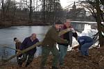 Starousedlící čistili rybník od větví