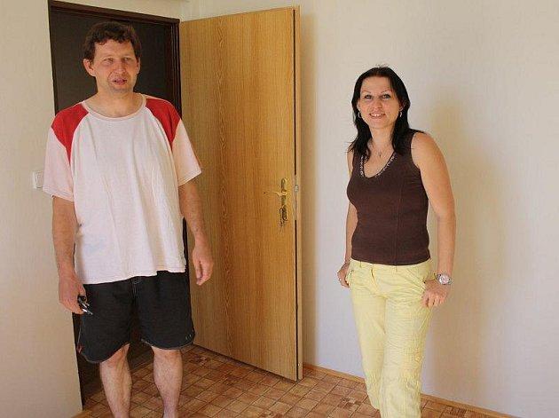 Místostarosta Tomáš Petráň a Dana Divišová z Obecního úřadu Svojšín v místnosti, která bude společnou kuchyňkou pro pět pokojů turistické ubytovny.