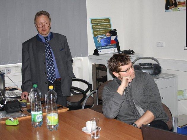 ROMAN SOUKUP (vlevo) z občanského sdružení Terra Tachovia informoval v úvodu o Zlaté cestě.