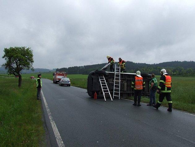V ÚTERÝ 4. ČERVNA 2013. Řidič dodávkového vozidla se s autem ze zatím nezjištěných příčin převrátil na bok. Naštěstí se i tato havárie obešla bez vážnějších následků.
