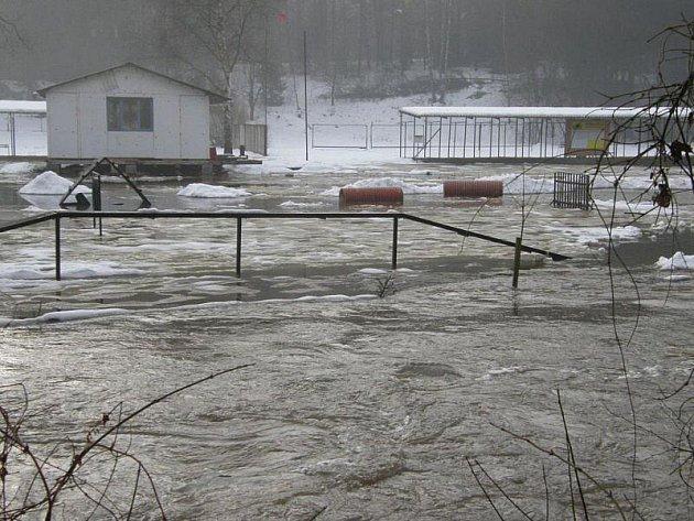 Kynologický klub U střelnice má cvičiště pod vodou.