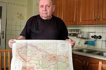 Josef Kadlec s mapou ČSSR s níž objížděli na Jawách 50 celou republiku.