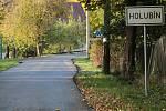 Místy připomínala silnice do Holubína rozbitou lesní cestu. Teď je opravená, má zcela nový povrch.