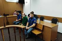 Petr Feiga s eskortou u tachovského soudu.