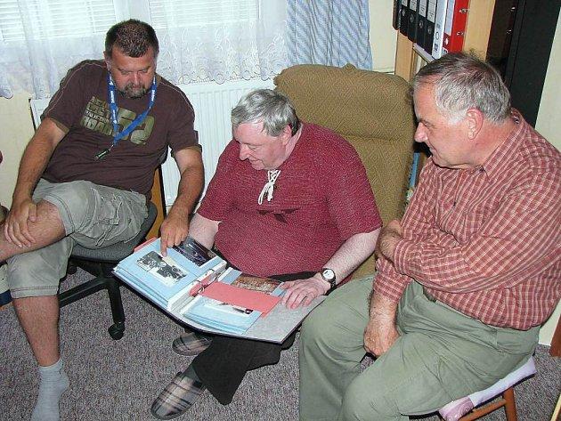 Autoři stránek historickestribro.cz Dimitrij Tjunikov, Karel Janda a  František Samec (na snímku zleva) si od své práce také slibují, že lidé nebudou tak bezhlavě vyhazovat staré fotky nebo pohlednice, co najdou třeba na půdě.