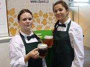 Plánské studentky Kristýna Országová a Karina Svobodová na soutěži v čepování piva.