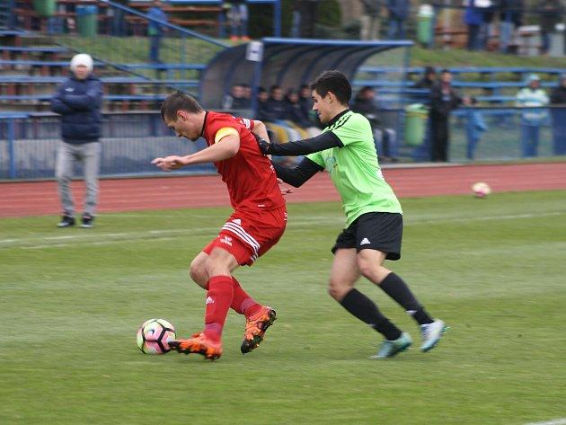 Domácí kapitán Jan Matas (vlevo) vstřelil v sobotním utkání dva góly.