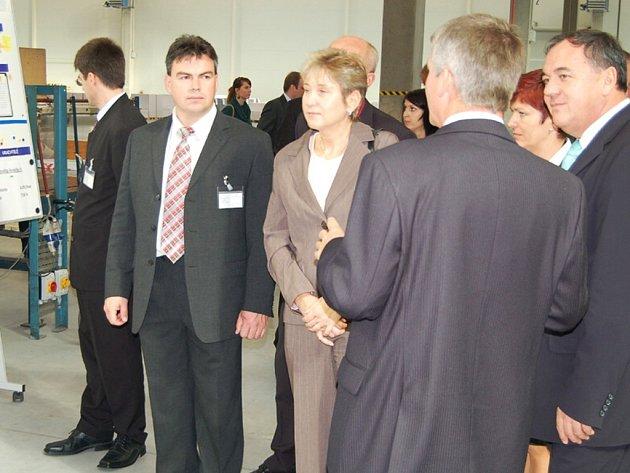 Představitelé borské radnice v čele se starostou Petrem Kovaříkem (druhý zleva) a poslanec Jan Látka (vpravo) naslouchají výkladu ředitele firmy ArjoWiggins Svatopluka Choce.
