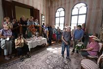 V rámci návštěvy jízdárny ve Světcích u Tachova dostali někteří turisté i úlohy ztrvátnit historické postavy v dobovém oblečení, navštívili právě připravovanou kovárnu, která ještě není běžně přístupná, a také si společně ve Windischgrätzově lóži zazpíval