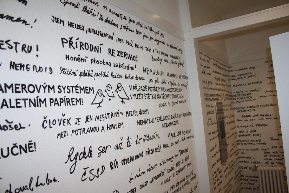 NOVĚ OPRAVENÉ záchody v lázeňském domě Prusík v Konstantinových Lázních vyvolávají vlnu diskusí.