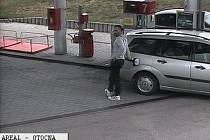 Policisté pátrají po tomto muži, který natankoval na Pavlově Studenci. Auto pak odjelo bez zaplacení.