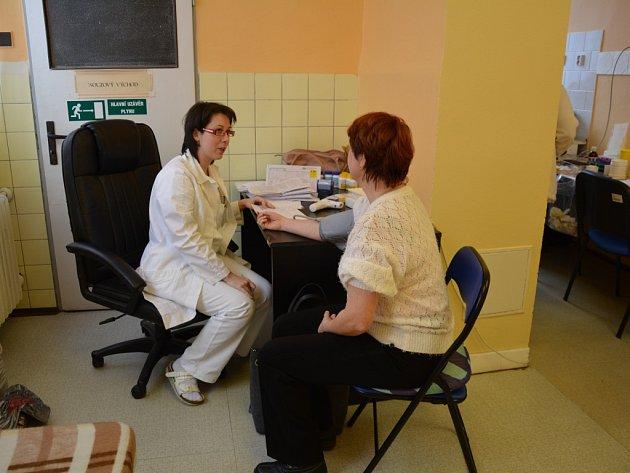 KAŽDÉHO dárce vyšetří i lékařka. V Tachově jde o doktorku Petru Matasovou (na snímku) z Plzně.