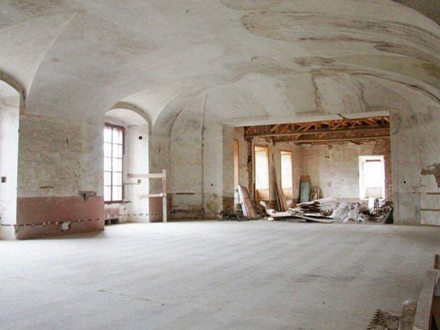 Zámecký sál v Boru už je vyklizený a připravený na rozsáhlou rekonstrukci. Jedinou překážkou je obrovská investice, na kterou město nemá