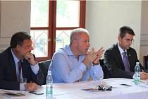 SETKÁNÍ V BORU NA ZÁMKU. Na snímku zleva: poslanec Václav Votava, ministr vnitra Milan Chovanec a starosta Boru Petr Myslivec.