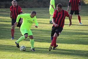 Jiří Blažek (vpředu v červeném dresu) v sobotu v utkání Bernartic proti rezervě Chodové Plané vstřelil dva góly.