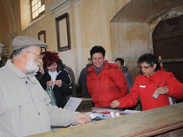 Martinské setkání uspořádalo v Křivcích na Bezdružicku Občanské sdružení Martinus. To si vytklo za cíl obnovit a oživit chátrající kostel svatého Martina.