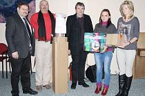 Předání pomůcek: (zleva) Bernhard Schön, Karel Račák, Siegfried Kumeth a pracovnice domova Martina Jindrichovská a Iva Mikulová.