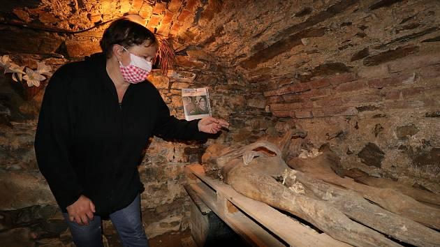 Mumie měšťanů v kryptě pod kostelem svatého Petra a Pavla v Mnichově. Průvodkyně Michaela Červáková.