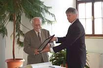 Profesor Pavel Novák převzal na stříbrské radnici čestné občanství města. Rodák ze Stříbra žije v Anglii a přijel s manželkou.