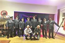 Členové Sboru dobrovolných hasičů Ošelín uspořádali první hasičský ples. Hosty přivítali v hasičských uniformách.