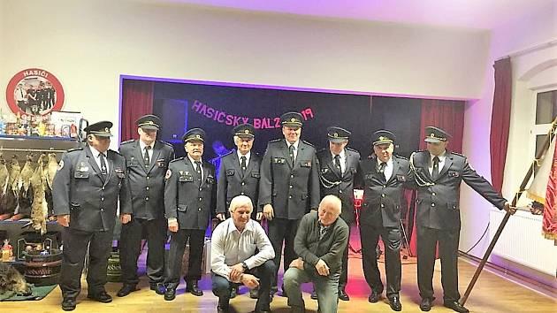 Členové Sboru dobrovolných hasičů Ošelín uspořádali první hasičský ples.  Hosty přivítali v hasičských uniformách. ... 5ec5b4b0ad