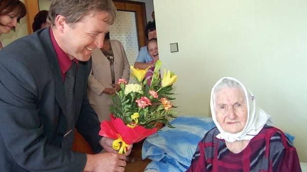 Stoleté Marii Šavlové přišel k narozeninám poblahopřát také starosta Bezdružic a její prazeť Jan Soulek.