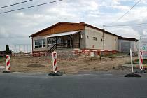 Rekonstrukce křižovatky a prostoru před kulturním domem by měla být hotová do poloviny července.