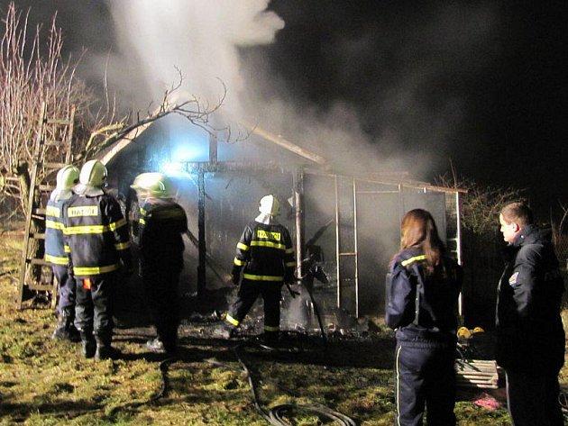 V pondělí večer vyjížděli hasiči k požáru malé zahradní stavby ve Stříbře Na Vinici.