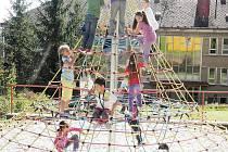 Děti ze školní družiny ZŠ Zárečná na lanové pyramidě v DDM Mraveniště.