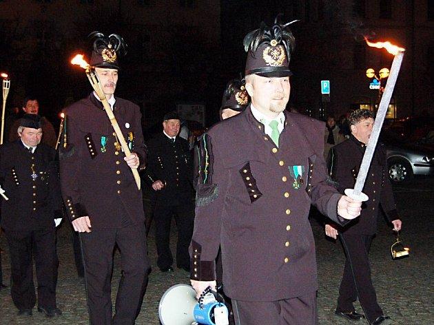 Stříbrský hornicko – historický spolek uspořádal v sobotu slavnostní večerní průvod s loučemi. Zúčastnilo se ho na čtyři sta návštěvníků.