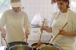 Závěrečných zkoušek se letos zúčastnily i Lucie Svobodová (zleva) a Lenka Paločková