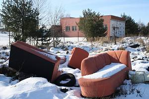Skládce vévodí sedací souprava, v pozadí budova úpravny vody.