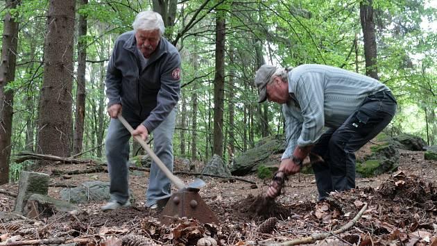 Kus pěticípé hvězdy a Josef Rídl se Šimonem Dulovcem při odkrývání pozůstatků bývalého majáku.
