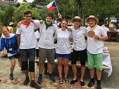 Čeští mladí včelaři na setkání ve Francii.