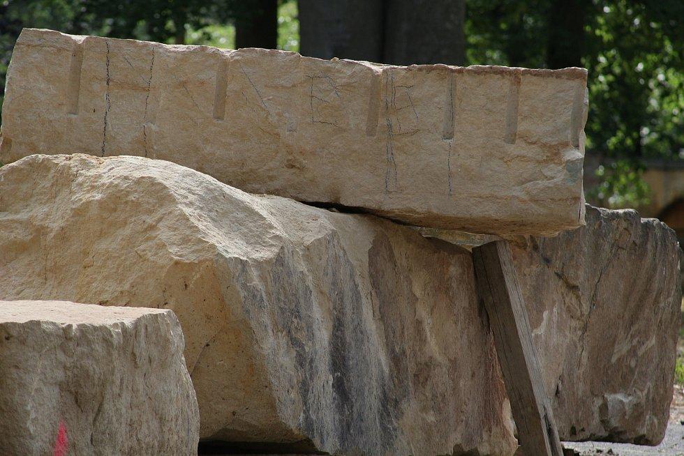 Sedm soch vytvoří sochaři z těchto pískovcových bloků dovezených z lomu u Hořic.