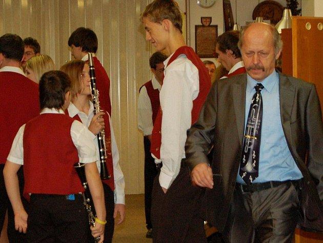 Fotografie ze zákulisí Vánočního koncertu Dechového orchestru mladých Tachov. V této chvíli ještě kapelník Josef Kadlec netušil, že se za pár hodin stane majitelem čtvereční stopy půdy ve Skotsku a získá dokonce titul lorda