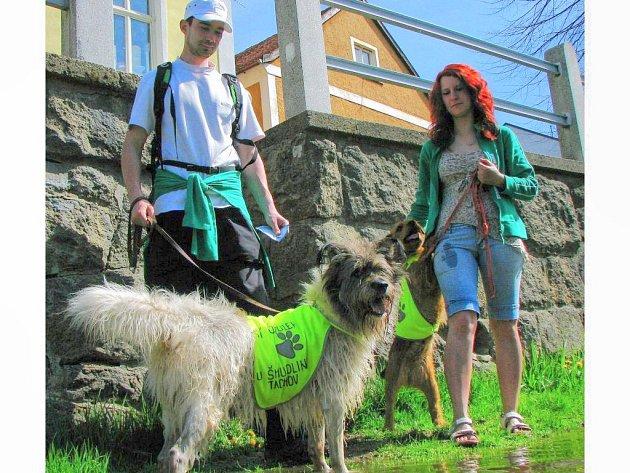 NABÍZELI PSÍ KAMARÁDY. Cestou Tachovem se jedna dvojice s dvěma psi zastavila u Mže. Na snímku je Zdeněk Goth a Gabriela Jägerová se psy z útulku.