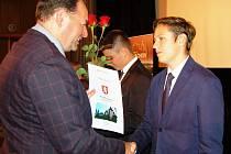OCENĚNÍ STUDENTI převzali z rukou starosty města diplom a podepsali se  do  pamětní knihy města.