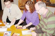 PODEPISOVALI KNIHU. Autoři knihy Nevystižitelný Bůh? Jiří Beneš (zcela vlevo) a Petr Vaďura se zpěvačkou a kytaristkou Evou Henychovou během závěrečné autogramiády.