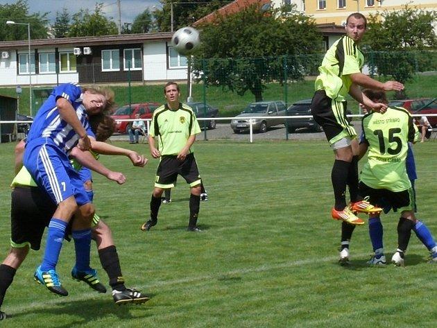 FOTBALISTÉ Baníku Stříbro (světlé dresy) startovali o víkendu na turnaji v Horšovském Týně. Snímek je z utkání s Jiskrou Domažlice B, které Stříbro prohrálo 3:6.