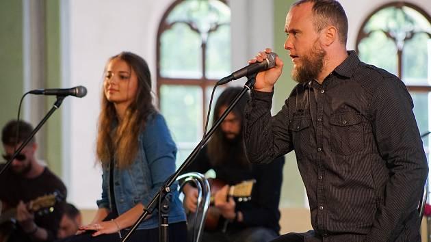 V prostorách Jízdárny ve Světcích vystoupila se svým akustickým setem kapela Neurotic Machinery.